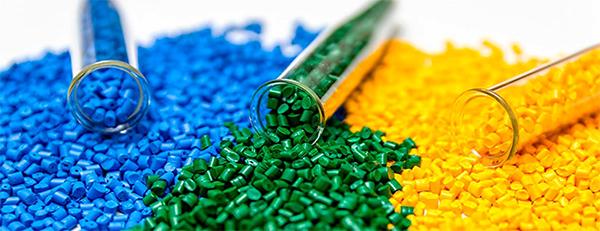 مستربچ رنگی، یکی از انواع مختلف مستربچ ها است که برای تولید محصولات پلاستیکی رنگی استفاده میشود.