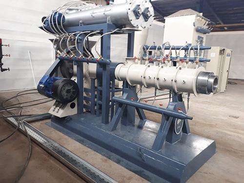 یکی از متداولترین روشهای شکل دهی پلاستیکها، اکستروژن است که از یک ماردون تشکیل شده است. مدل تک ماردونه یکی از انواع اکسترودر است