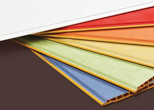 PVCمعمولاً به ۵ روش پلیمریزه میشود. در هر روش نوع به خصوصی از پلیمر با خواص متفاوت تولید میشود. با تغییر شرایط واکنش و همچنین انتخاب نحوه خشک کردن ماده تولید شده می توان در محصول نهایی تغییراتی بوجود آورد.