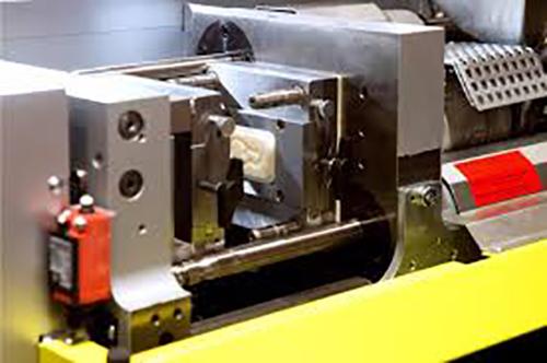 قالب های فرآیند تزریقی عمدتا توسط ماشین های CNC و از جنس آلومینیوم و یا استیل ساخته میشوند.استاندارد سازی این قالب ها از طریق سه روش پولیش، پرداخت و پست پروسس صورت میگیرد.