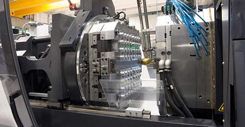 دستگاههای فرآیند قالب گیری تزریقی به دو صورت افقی و عمودی ساخته میشوند که جهت باز و بسته شدن قالب را نشان میدهند.